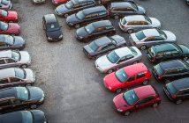 Photographie de voitures d'occasion bon marché sur un parking.